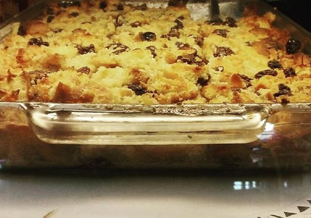 Whiskey bread pudding with chocolate + raisins: a homemade dessert with a kick! #yaliscafe